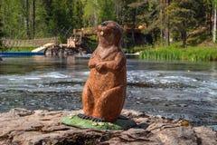 Ruskeala, República de Karelia, Rusia - 12 de junio de 2017: Bober sonriente es una composición de madera del arte cerca del Ahve foto de archivo libre de regalías