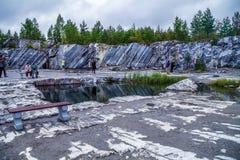 By Ruskeala, Sortavala, republik av Karelia, Ryssland, Augusti 14, 2016: Berget parkerar, det italienska villebrådet Fotografering för Bildbyråer