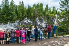 By Ruskeala, Sortavala, republik av Karelia, Ryssland, Augusti 14, 2016: Berget parkerar, turister på marmorkanjonen Fotografering för Bildbyråer
