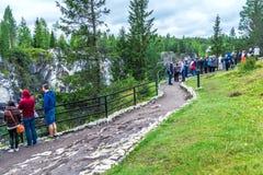 By Ruskeala, Sortavala, republik av Karelia, Ryssland, Augusti 14, 2016: Berget parkerar, turister på marmorkanjonen Arkivfoton