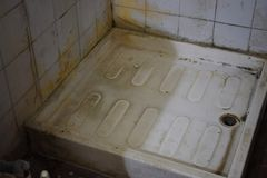 Ruskig och smutsig bruten dusch i ett billigt hotell Royaltyfri Fotografi