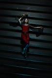 Ruskig saga av en flicka som ligger på trappan Fotografering för Bildbyråer