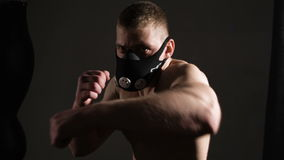 Ruskig ung man i en maskering Aggressiva takter framåt lager videofilmer