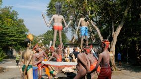 Ruskiga statyer från helvete som visar mänskliga laster i templet av Eden och helvete thailand arkivfilmer