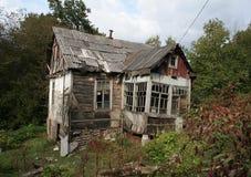Ruskigt hus med spökar för fasaberättelser Nästan förstört Fotografering för Bildbyråer