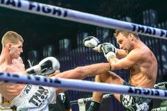 Ruslan Kushnirenko de l'Ukraine et Jimmy Vienot de la Suisse dans le combat thaïlandais 2013? Photo stock