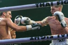 Ruslan Kushnirenko de Ucrania y Jimmy Vienot de Suiza en la lucha tailandesa 2013? Imagen de archivo libre de regalías
