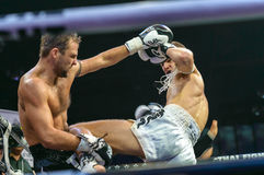 Ruslan Kushnirenko dell'Ucraina e Jimmy Vienot della Svizzera nella lotta tailandese 2013? Fotografie Stock