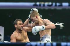 Ruslan Kushnirenko dell'Ucraina e Jimmy Vienot della Svizzera nella lotta tailandese 2013? Immagine Stock