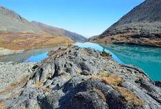 Rusland, Altai-bergen, meer Acchan Akchan in september in zonnig weer Royalty-vrije Stock Foto's