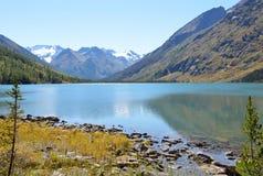 Rusland, Altai-grondgebied, ust-Koksinsky district, middenmultinskoye-meer in september Royalty-vrije Stock Afbeelding