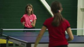 Rusland, Anapa, 2018: De zomer het verzamelen zich van jonge atleten in pingpong Concurrentie binnen - tussen de kinderen stock video
