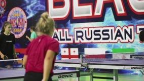 Rusland, Anapa, 2018: De zomer het verzamelen zich van jonge atleten in pingpong Concurrentie binnen - tussen de kinderen stock footage