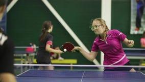 Rusland, Anapa, 2018: De zomer het verzamelen zich van jonge atleten in pingpong Concurrentie binnen - tussen de kinderen stock videobeelden