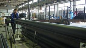 RUSLAND, ANGARSK - 8 JUNI, 2018: De machine van de zaagmolen cirkelzaag Vervaardiging van plastic waterpijpenfabriek proces van stock afbeelding