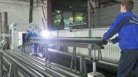 RUSLAND, ANGARSK - 8 JUNI, 2018: De machine van de zaagmolen cirkelzaag Vervaardiging van plastic waterpijpenfabriek proces van royalty-vrije stock fotografie