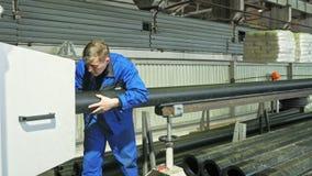 RUSLAND, ANGARSK - 8 JUNI, 2018: De machine van de zaagmolen cirkelzaag Vervaardiging van plastic waterpijpenfabriek proces van royalty-vrije stock foto's