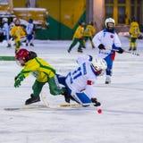 RUSLAND, ARKHANGELSK - 14 DECEMBER, 2014: kromme het hockeyliga van 1st stadiumkinderen, Rusland Stock Afbeeldingen