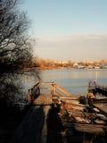 Rusland - Arkhangelsk - Noordelijke Dvina-rivier - de ingangs bergaf trede van de bootpost bij zonsondergang stock afbeeldingen