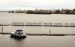 Rusland - Arkhangelsk - Noordelijke Dvina-rivier - enige boot bij bij de herfstdag dichtbij bootpost stock foto's