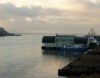 Rusland - Arkhangelsk - Noordelijke Dvina-rivier - sleepbootboot die dichtbij landend stadium drijven royalty-vrije stock foto
