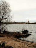 Rusland - Arkhangelsk - Noordelijke Dvina-rivier - zandige rivieroever en bomen dicht bij water royalty-vrije stock foto