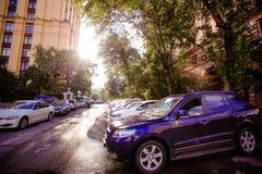 RUSLAND, 8 AUGUSTUS 2014, Foto van parkerenauto's binnen Stock Afbeelding