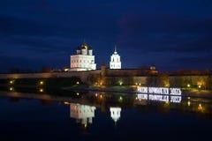 Rusland begint hier Plastische samenstelling bij de nacht Pskov het Kremlin Stock Foto