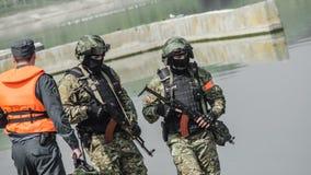 Rusland, Belgorod, 25 Juli, 2016: oefeningen van speciale korpsen storm de gevangen basis op diverse manieren stock foto's