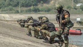 Rusland, Belgorod, 25 Juli, 2016: oefeningen van speciale korpsen storm de gevangen basis op diverse manieren stock fotografie
