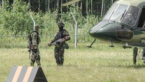 Rusland, Belgorod, 25 Juli, 2016: oefeningen van speciale korpsen storm de gevangen basis op diverse manieren stock foto