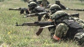 Rusland, Belgorod, 25 Juli, 2016: oefeningen van speciale korpsen storm de gevangen basis op diverse manieren royalty-vrije stock foto