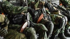 Rusland, Belgorod, 25 Juli, 2016: oefeningen van speciale korpsen storm de gevangen basis op diverse manieren stock afbeelding