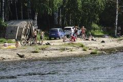 Rusland - Berezniki 18 Juli: de mensen zwemmen bij het strand in de zomer royalty-vrije stock afbeelding