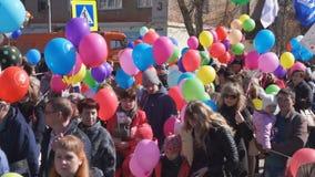 Rusland Berezniki kan 1, 2018: heel wat het festivaljongeren van de mensen openluchtstraat op de straatgebeurtenis stock videobeelden