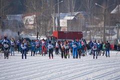 Rusland Berezniki 11 Maart, 2018: de hoogste atleten concurreren in het begin van de mensen` s massa bij de de winter Olympische  royalty-vrije stock fotografie