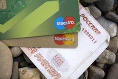Rusland - Berezniki op 28 Augustus 2017: Het plastic de systemenvisum en Mastercard van de kaartbetaling zijn een bos van Russisc Royalty-vrije Stock Afbeeldingen