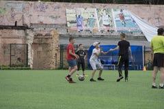 Rusland - Berezniki op 25 Juli 2017: De kleine jongensjonge geitjes spelen binnenvoetbal in het open gebied bij de sportenstad Ju royalty-vrije stock fotografie