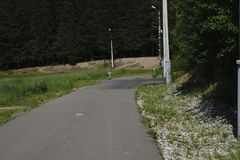 Rusland - Berezniki op 15 Juli 2017: familie en kinderen` s het Actieve lopen, Biking, het rollerblading Stock Foto's