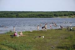 Rusland - Berezniki op 31 Juli 2017: Mensen die een bad nemen Stock Foto
