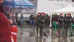 Rusland Berezniki op 9 kan 2018: militair marcheren marcherend in de parade vele mensen stock footage