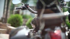 Rusland, 2016: Close-up: Motorfietsdelen Koplampen, snelheidsschakelaars stock videobeelden