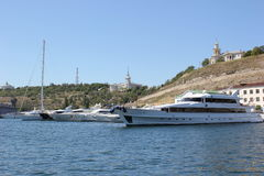 Rusland crimea sebastopol Schepen in de haven Overzeese blauwe hemel en schepen Royalty-vrije Stock Foto's