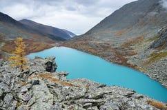Rusland, de Altai-bergen, meer Acchan Akchan in september in bewolkt weer Royalty-vrije Stock Foto's
