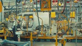 RUSLAND, de Arbeider van TOGLIATTI 16 JULI 2018 assembleert autolichaam stock videobeelden