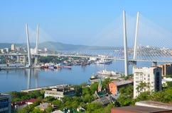 Rusland, de brug over de Gouden hoornbaai in Vladivostok in zonnige dag Royalty-vrije Stock Fotografie