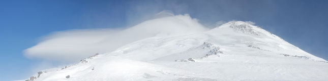 Rusland. De Kaukasus. Elbrus zet en de wolk op royalty-vrije stock afbeelding