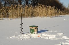 Rusland, de Winter die, ijs visserijcompetities, baarzen, visserijdoos, uitrusting, ijs, de winter, rivier, de winterlandschap, v royalty-vrije stock foto's