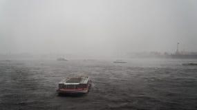 Rusland De zomer van 2016 Het onweer en het verkeer van schepen op de Neva-rivier in St. Petersburg Royalty-vrije Stock Afbeeldingen