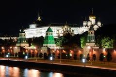 Rusland. Ensemble van Moskou het Kremlin bij nacht royalty-vrije stock afbeeldingen